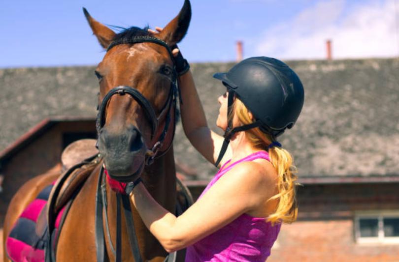 کلاه ایمنی یکی از مهمترین ابزار اسب سواری است